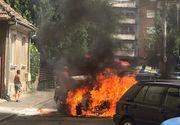 VIDEO | O mașină a ars precum o torță în centrul orașului. Pompierii au intervenit de urgență