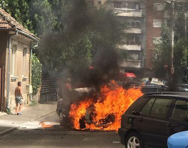 VIDEO | O mașină a ars precum o torță în centrul orașului. Pompierii au intervenit de...