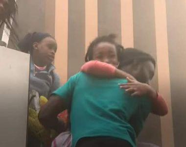 Gestul uimitor al unei mame: și-a aruncat copilul de pe o clădire în flăcări pentru a...
