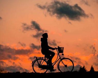 Un biciclist a fost arestat după ce a pipăit mai multe femei din Capitală. Tinerele au...
