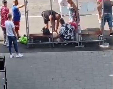 VIDEO | Un bărbat s-a prăbușit la pământ și a decedat într-o stație de autobuz, sub...