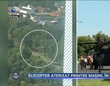 Elicopter militar aterizat în intersecție