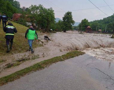 VIDEO - Inundațiile au făcut ravagii în mai multe județe. Puhoaiele au măturat totul în...