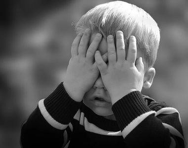 Moartea șocantă a unui copil de trei ani. A fost lovit de o mașină în curtea unui imobil