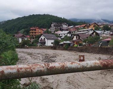 Inundații în Sinaia. Un pârâu a ieșit din matcă