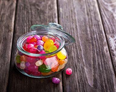 Un băiat, de un an, a murit după ce s-a înecat cu o bomboană. Familia a luat la bătaie...