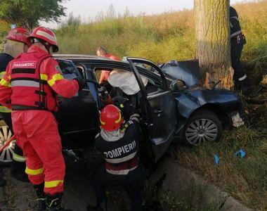 Trei tineri au murit pe loc după ce o mașină a izbit un copac, în județul Bacău