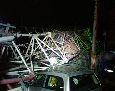 O antenă GSM de mari dimensiuni a căzut peste două case din București, din cauza furtunii