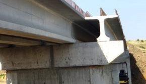 Un pod peste un râu din Teleorman s-a prăbușit. Mai mulți oameni au căzut de la 6 metri înălțime