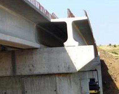 Un pod peste un râu din Teleorman s-a prăbușit. Mai mulți oameni au căzut de la 6 metri...