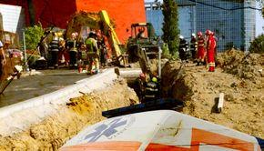 VIDEO | Mai mulți muncitori au fost prinşi sub un mal de pământ pe un şantier. Unul dintre ei a fost găsit decedat