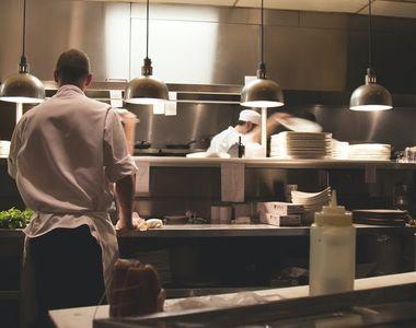 De ce sunt importante uniformele şi tunicile de bucătari şi ospătari