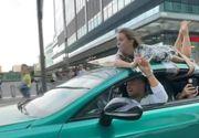 VIDEO  Un renumit influencer și-a legat concubina cu frânghia de plafonul maşinii. El s-a plimbat așa pe șoselele din oraș