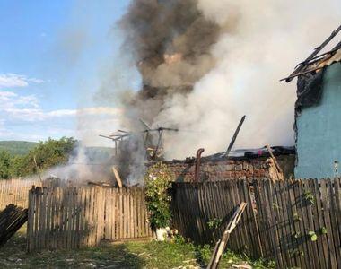 Un bărbat din Argeș a dat foc la trei gospodării și i-a bătut pe cei care stingeau...