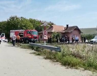 VIDEO | Accident feroviar grav. Un microbuz plin cu oameni a fost lovit de un tren. A...