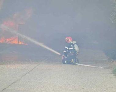 VIDEO | Incendiu puternic la un depozit de materiale plastice din Alba Iulia