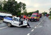 Accident rutier dezastruos. Un autoturism s-a izbit de o cisternă și s-a rupt pe jumătate