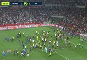 VIDEO | Un meci de fotbal din Franţa s-a încheiat într-o bătaie generală pe teren, la care au participat chiar şi suporterii