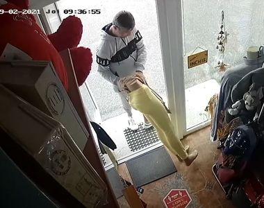VIDEO   Un hoț din Bârlad a fost surprins în timp ce fura hainele dintr-un magazin cu...