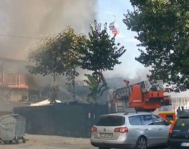 O terasă şi încă două imobile au fost distruse în urma incendiului puternic din centrul...