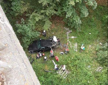 Accident rutier în Vâlcea. Un adolescent a căzut cu maşina în râpă, de la 20 de metri