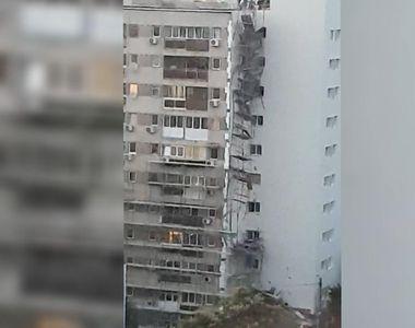 Locatarii unui bloc din Capitală au crezut că a avut loc un cutremur: o schelă s-a...
