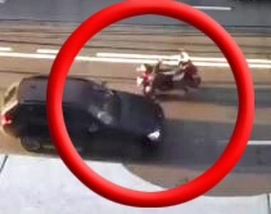VIDEO | Momentul în care un motociclist este lovit intenționat cu mașina de o șoferiță...