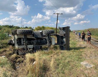 Excavator, lovit de tren în Galați. Șoferul, cu permisul suspendat, a murit pe loc