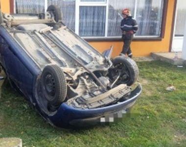 O mașină a ajuns în curtea unei case în Piatra-Neamț