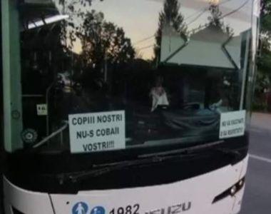 Un șofer de autobuz din Iași a fost sancționat după ce a lipit afișe antivaccin în...