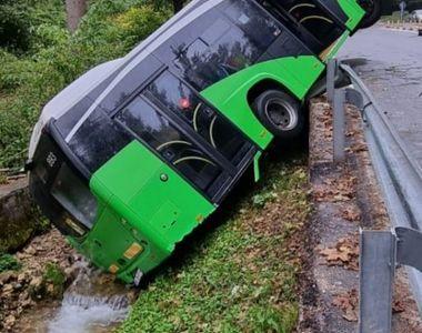 Un autobuz din Brașov s-a prăbușit într-o râpă