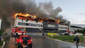 Incendiu la o hală din Cluj-Napoca. Oamenii au fost sfătuiți să stea în case