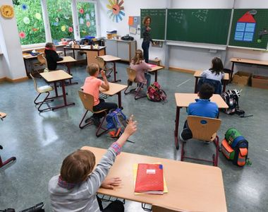 Peste 50 de clase au trecut în sistem online. 39 de elevi și 14 cadre didactice au fost...
