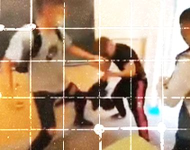 VIDEO | Elev din Arad, lovit cu bestialitate de alți băieți, în timp ce colegii...