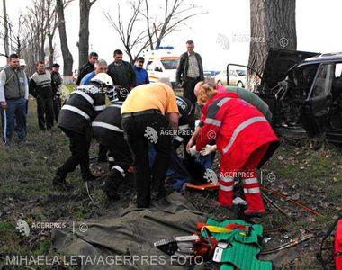 Un tânăr din Vaslui se află în stare gravă după ce a intrat cu mașina într-un pom