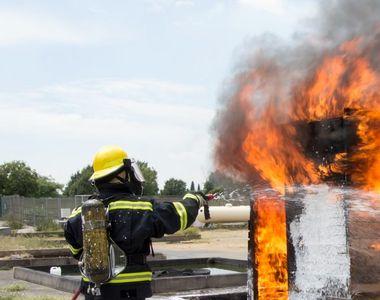 Un camion plin de mobilă a luat foc în mijlocul autostrăzii