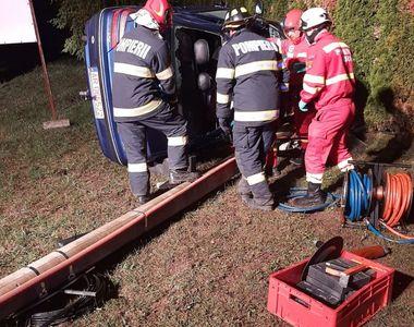 FOTO|Un bărbat a murit după ce a intrat cu mașina într-un stâlp de beton