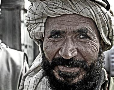 Altă decizie revoltătoare a talibanilor. Au interzis frizeriilor să scurteze bărbile...