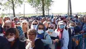 VIDEO | Îmbulzeală la moaște! Mii de oameni s-au adunat la o mănăstire din Teleorman, deși județul se află în scenariul roșu