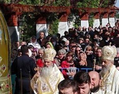 VIDEO | Îmbulzeală la moaște! Mii de oameni s-au adunat la o mănăstire din Teleorman,...