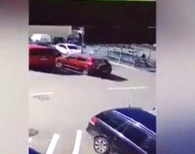 VIDEO | Scene șocante! O șoferiță de 71 de ani a trecut cu mașina peste o altă femeie....