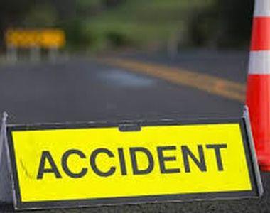Un șofer de TIR a murit după ce s-a răsturnat cu camionul și a rămas prins sub cabină