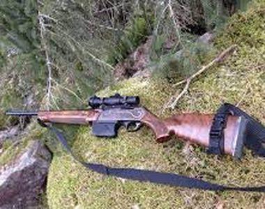 Un bărbat din Suceava s-a ales cu dosar penal după ce a fost prins cu o armă de...