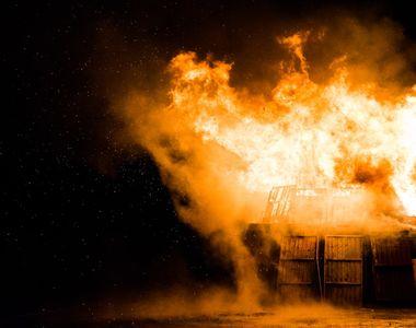 O pensionară din Botoșani și-a dat foc la casă în timp ce încerca să facă țuică