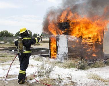 Un bătrân de 88 de ani a fost salvat după ce i-a luat foc casa