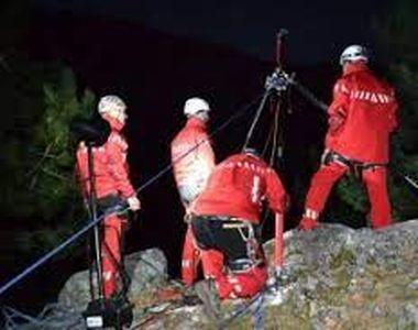 VIDEO | Bărbat salvat de salvamontiști după ce a căzut de la 40 de metri în gol în...