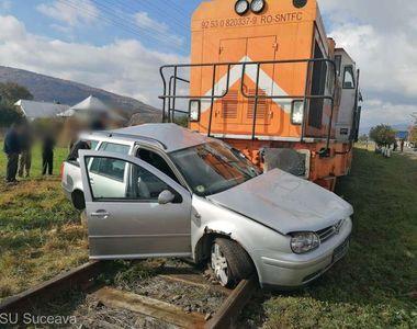 Un autoturism a fost lovit de tren în Suceava. Un bărbat și un copil prezintă răni
