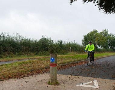 Biciclist atacat de un fermier cu un cârlig,  după ce acesta nu a folosit pista pentru...