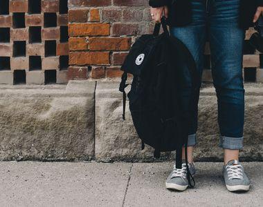 O elevă de 15 ani din Constanța a fost pipăită de mai mulți colegi, pe holul liceului....