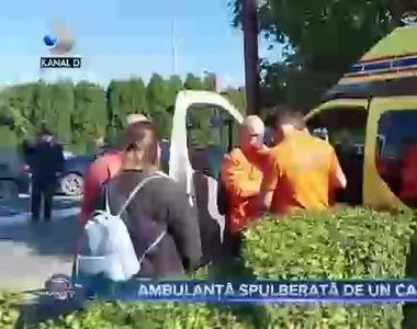 Ambulanță spulberată de un camion